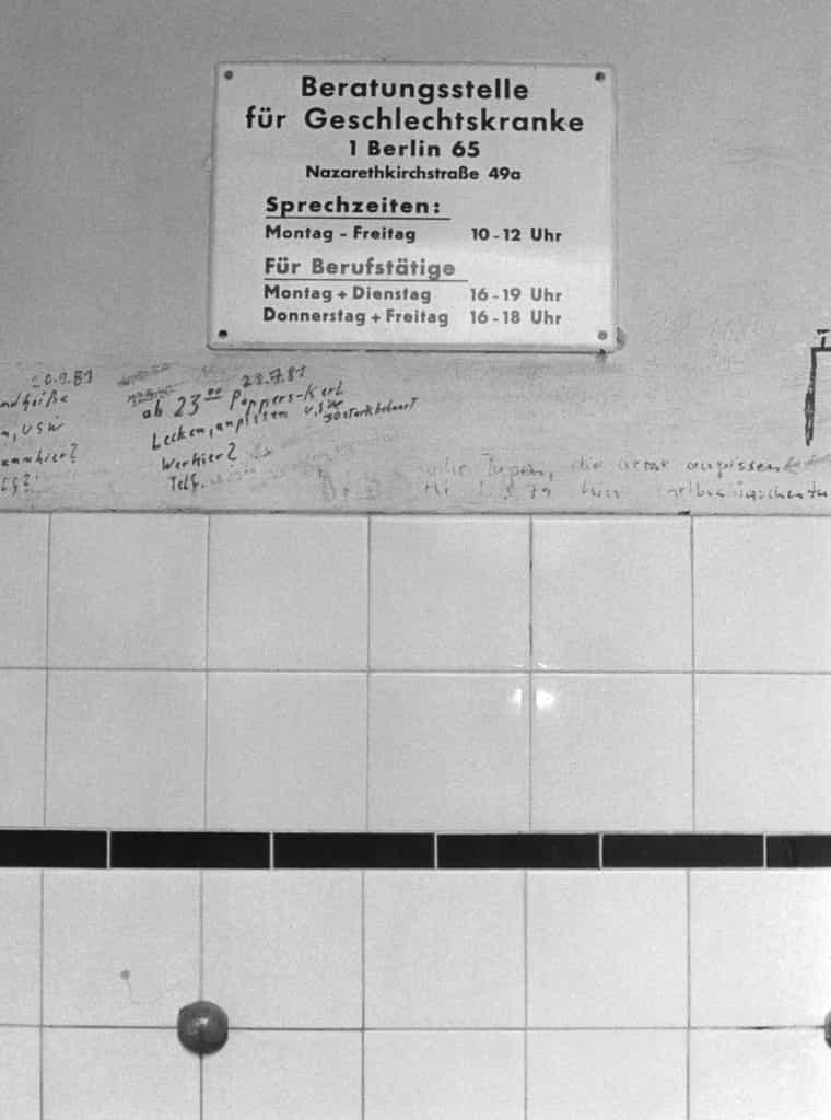 Praevention_vor_sexuell_uebertragbaren_Krankheiten_inmitten_von_sexuellen_Graffiti_auf_einer_Toilette_-West-Berlin_1987-__c_foto_WRINK